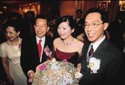 謝長廷(左二)與女婿陳錦國(右一)到底像不像?新娘子謝維芬(右二)說:「還是老公比較帥!」
