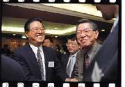 吳中立(左一)由政界轉入商界後,具有完整的產、官、學界經驗。
