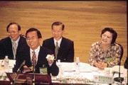 民進黨臨全會通過備受矚目的總統兼任黨主席、增設一至三位副主席案,晚宴上,陳水扁(立者)顯得特別愉悅。