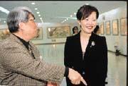 一向甚少露面的林淑如(右),為郭台銘的山西同鄉友人在台舉辦的畫展擔任主持人。