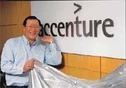 Andersen Consulting新世紀更名為accenture(圖為安盛諮詢台灣區總裁何嘉順)。