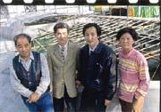 林頂榮(右二)用綠藻技術在溫室進行高密度養殖草蝦。