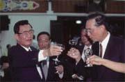 立法院長劉松藩(左)為台中企銀名譽董事長,近來可為台中企銀事件傷腦筋?