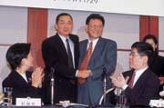 四年前元大與京華證券合併,馬志玲(左)與沈慶京(右)攜手共治董事會,如今董事會裡已找不到姓沈的人。