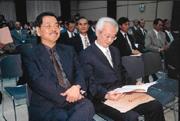 吳乃仁(左一)當上台糖董事長,老神在在;民進黨走了戰鬥性強的黨秘書長,個個六神無主。
