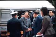 游錫堃(左二)信奉「簡樸」,被視為蔣經國平民化的風格再現。