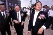 創投的專業,結合傳統產業主的資金,是台灣高科技業打下江山的關鍵(中為台塑集團總經理王永在,右為普訊創投董事長柯文昌)。