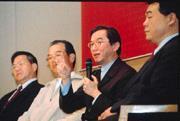 郭台銘與華碩正面交鋒後,市場預期,鴻海也將與廣達成為競爭對手。(右二為廣達董事長林百里)