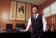 ■首次曝光的股王辦公室不大,只有5坪和高掛「誠」的書法,陳天恕經年以這裡為家。
