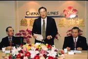 接二連三的空難,民眾對華航信心全失,股價更是直直落。(左起為華航董事長李雲寧、蔡兆陽、總經理魏幸雄)