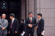 ■陸委會主委吳釗燮(右2)邀海協會會長汪道涵來台的談話只是「虛情假意」?