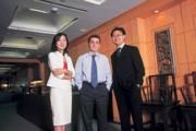 華敏識(中)出任里昂信貸銀行台灣區總經理多年來,首度接受媒體訪問,他指著鄧雅方(左)、吳偉臺(右)說,台灣人總是負擔超量工作。