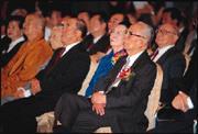 《中國時報》50週年酒會冠蓋雲集,余紀忠(前排右)被總統陳水扁推崇為「台灣民主舵手」。