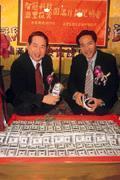 眼前的3,000萬美元雖是假鈔,但智冠科技真正價值遠高於這個數字(左為王俊博,右為陳伯昌)。