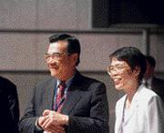 ■在何美玥(右)的安排下,經建會向企業學習的計畫,由IBM打頭陣。(左為林信義)