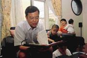 徐玉倉(前)曾有過是否要一輩子賣命的疑惑,在請教過理財專家後,他毅然放棄高薪,回到家庭。