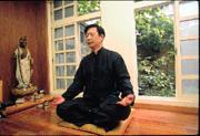 由於每天處在「病氣重」的醫院,孫安迪用自創的養生功練氣,平衡自主神經。