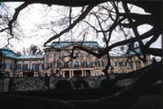 古堡因為年久失修,所以,宏偉的外觀難掩歲月的滄桑與荒涼。
