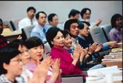 以陳萬水(前排左四)為首的政商夫人們,清一色坐在第一排,比其他學員更認真。