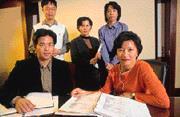 宋文琪(前排右)曾獲證基會頒發的「傑出企業領導人才」金彝獎,如今為了激勵員工,不惜「開支票」自願犧牲形象。