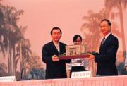 林百里(左)當年聯考以「國父思想」100分考進台大電機系;36年後,他回贈母校一棟3億元大樓。