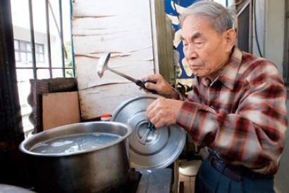 數十年來,趙慕鶴自己料理三餐,100歲也一樣。採訪那天,他還親自下水餃請我們吃。