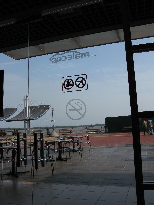 這間餐廳不可以溜冰或開槍