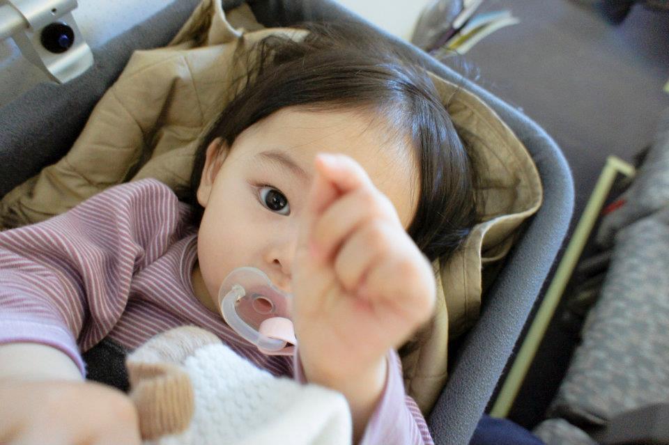 我家女兒試著拆掉我鏡頭(Sony NEX5 16mm 2.8)