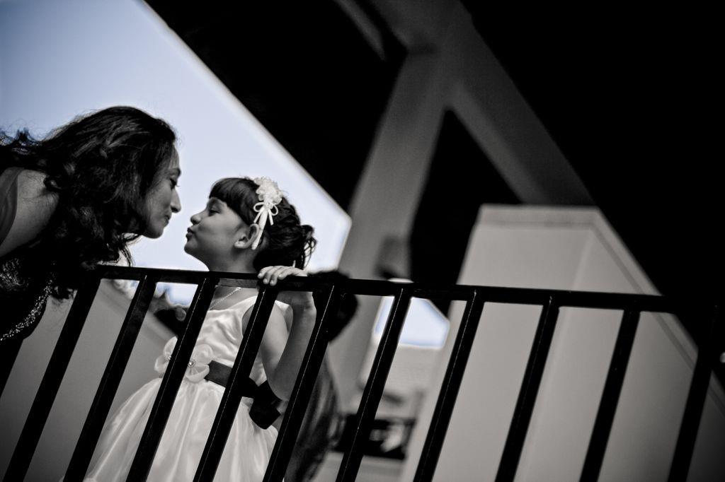 小花童與媽媽在角落親親