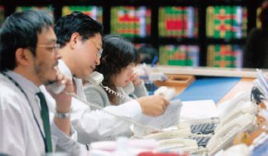 ▲過去台股行情火熱時,證券營業員每天忙下單的情景已不復見