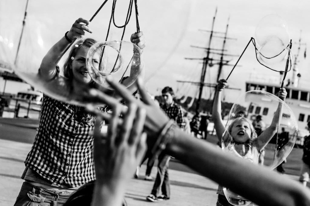 奧斯陸的碼頭附近到處都是嘻笑的小孩子