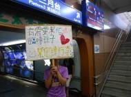 """幫老人提行李!花蓮火車站的""""臨時孫子"""""""