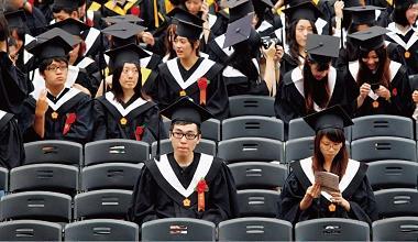 ▲今年台大畢業典禮就有1,120 位準畢業生「缺席」,無壓力的低學費政策,讓他們寧留校進修,也不急著畢業。
