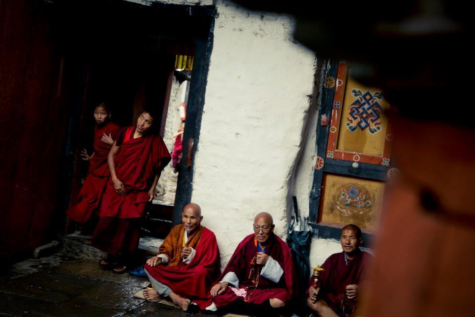寺廟裡躲雨的人們