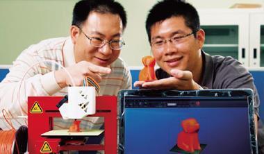 3D 印表機的運作原理和現行的印表機一樣,但成品卻是立體的,例如拿在手上的橘色小狗就是印出來的。