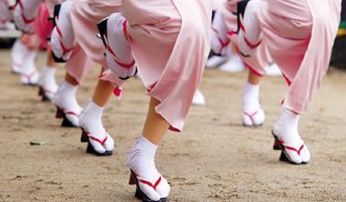 大阪.天滿宮 從傳統到現代服飾搭配,日本襪廠拉高單價,主打美觀和功能性,變成名牌找合作的對象。