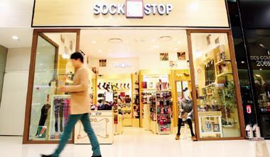 首爾˙金浦機場13坪大襪子專賣店裡,襪子像精品,品牌商沒有工廠,專攻通路,襪子是江北代工廠做的。