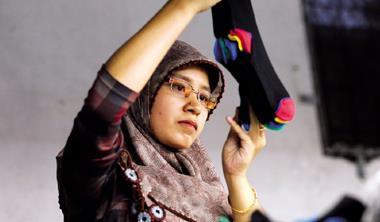 萬隆.印尼第2大襪廠 女工一雙雙檢查襪子,襪子要賣到歐、日,訂單門檻高,環保、勞工、品質,樣樣都要合規定