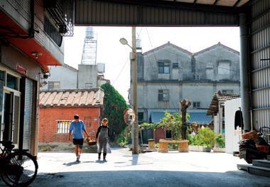 黑狗夫婦一同提著供品籃,走往住家附近的廟宇拜拜,他們虔心祝禱:「我會繼續努力,希望織襪業永遠留下來。」