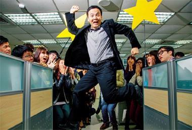劉威麟(中)上班第一小時從不暖機,逼自己直接去「撞牆」,一旦「撞」到走投無路,就會將靈感中的「無敵星星」引出來,讓他下午就跟辦公室說掰掰!