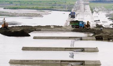高屏溪是台灣流域面積最大的河川,一條年平均降雨量2,500 毫米的豐沛大河,卻因豐枯比差9 倍,加上人為破壞,竟養不起高雄人!