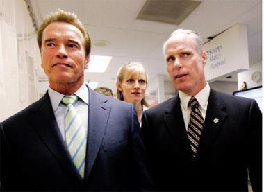 范高德(右)對斯克里普斯整治出色,讓該醫療機構數年躋身全美百大最佳職場,就連美國前加州州長阿諾(左)也曾經親自向他取經。