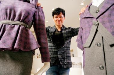 巴黎時裝週,名列世界四大時裝週展。繼台灣服裝設計師古又文後,施堉霖〈圖〉是另一位受邀參加的新銳設計師。