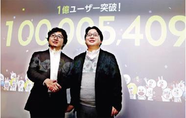 Line 的全球用戶光日本便占7 成。圖為NHN Japan CEO 森川亮(左)與執行暨策略營銷長舛田淳(右)於1 月宣布Line 全球用戶破億。