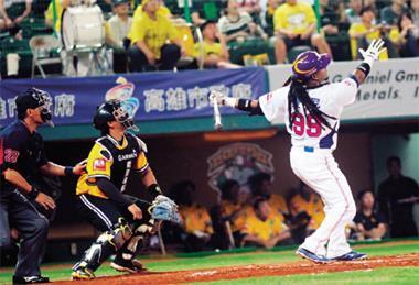 曼尼(右)在球場上的舉手投足,不僅牽動著看台上球迷們的情緒,也是本季職棒賽中最吸睛的球員。