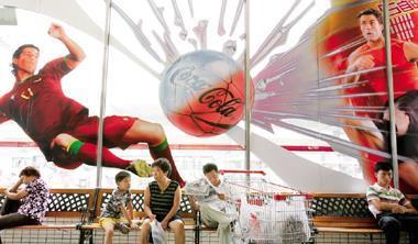 可口可樂進入中國市場後因地制宜,改變其全球化策略,放棄美國人身分,以融入中國市場。