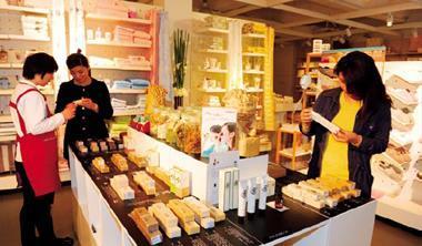 強調天然、手工的阿原肥皂,帶著固有台灣味的精緻服務,傳遞一種緩慢的生活感,即使價格貴5 倍仍吸引中國人青睞。