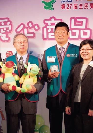 辜仲諒(右2)堪稱國內企業最活躍的慈善基金會董座。