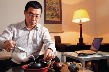 郭恭克挑了一只手拉坯茶壺,再沏壺好茶,心情悠哉的開展一天的工作。
