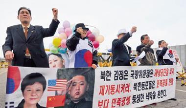 北韓軍事威脅使兩韓合作開城工業區停工,引發南韓民眾上街抗議。